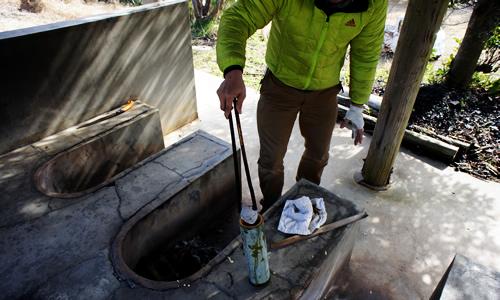 竹みそ汁に焼き石投入
